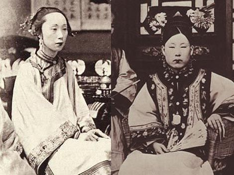 Cultural China Manchun Women With Flowers In Their Hair China Culture Asian History Victorian Women