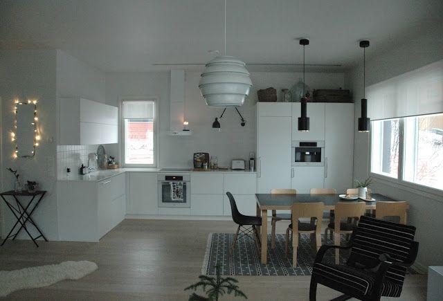 Musta artekin pöytä, moderni puutalo