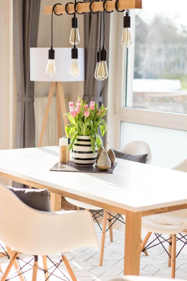 Holzlatte mit Glühbirnen dekorieren – Entdecke wie Ideen auf COUCHstyle!   #living #wohnen #wohnideen #einrichten #interior #esszimmer #eames #weiß #esstisch #coastallivingrooms
