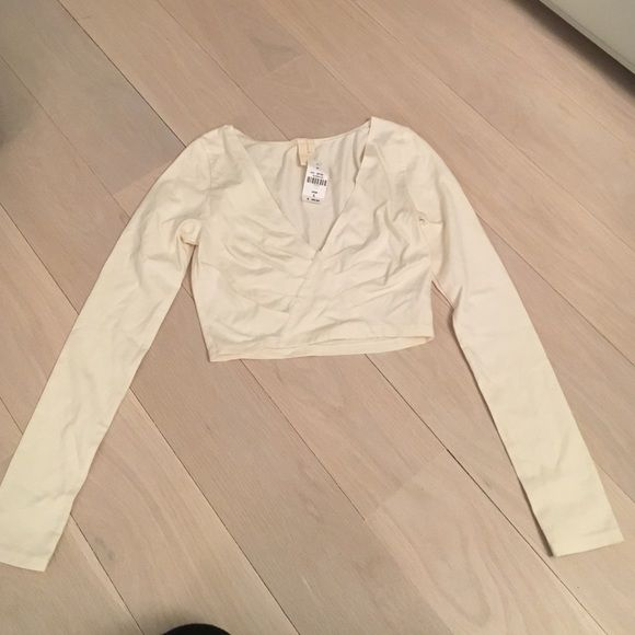 LF white long sleeve crop top LF white long sleeve cotton crop top. Form fitting and cropped. Size small. Never worn before and still has tags! Great for going out paired with high waisted jeans or a skirt! LF Tops Crop Tops
