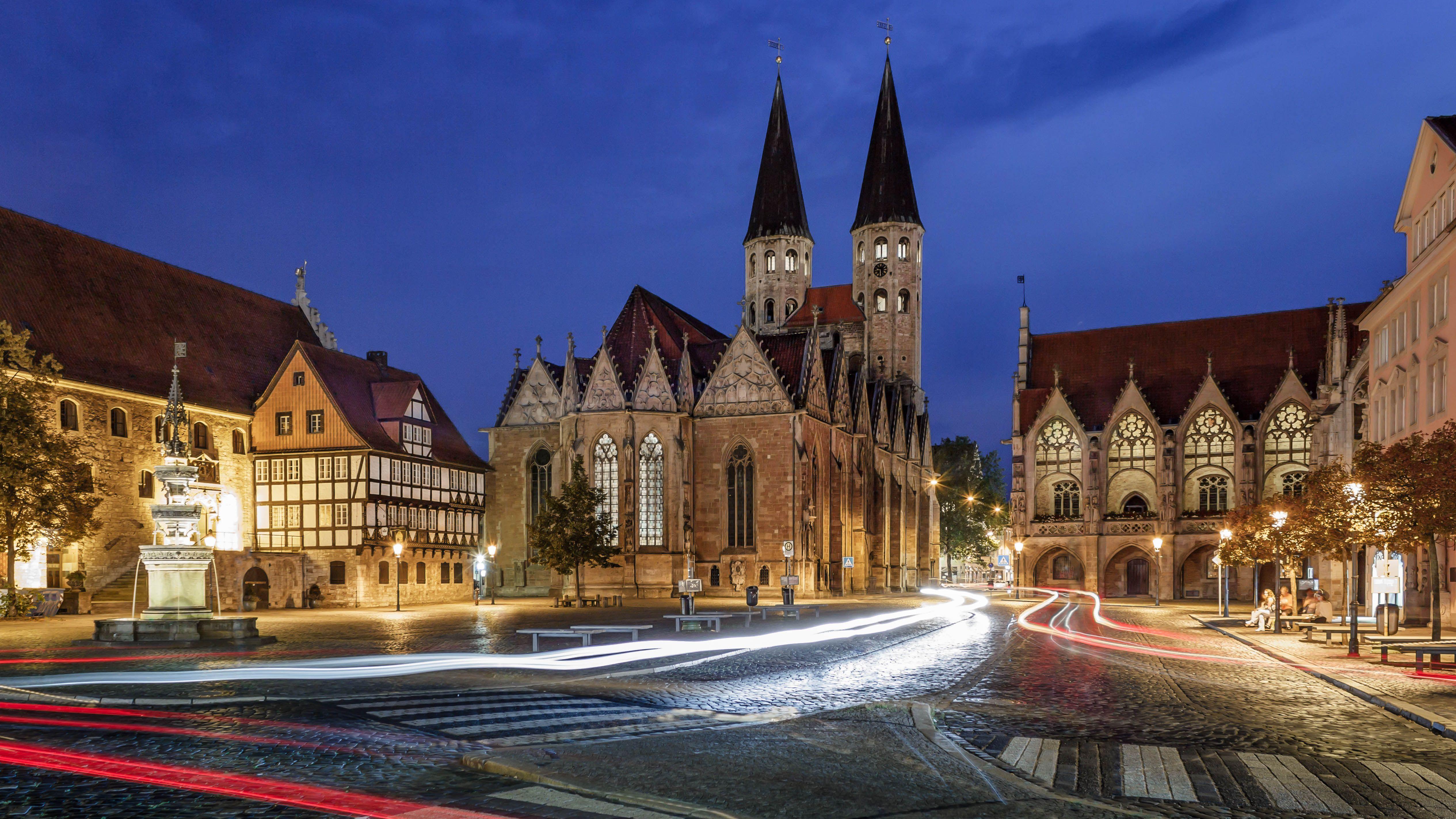 Die Historische Kulisse Des Altstadtmarkts In Braunschweig Sieht In Abendlicher Beleuchtung Besonders Magisch Aus Foto Braunsch Altstadt Innenstadt Tourismus