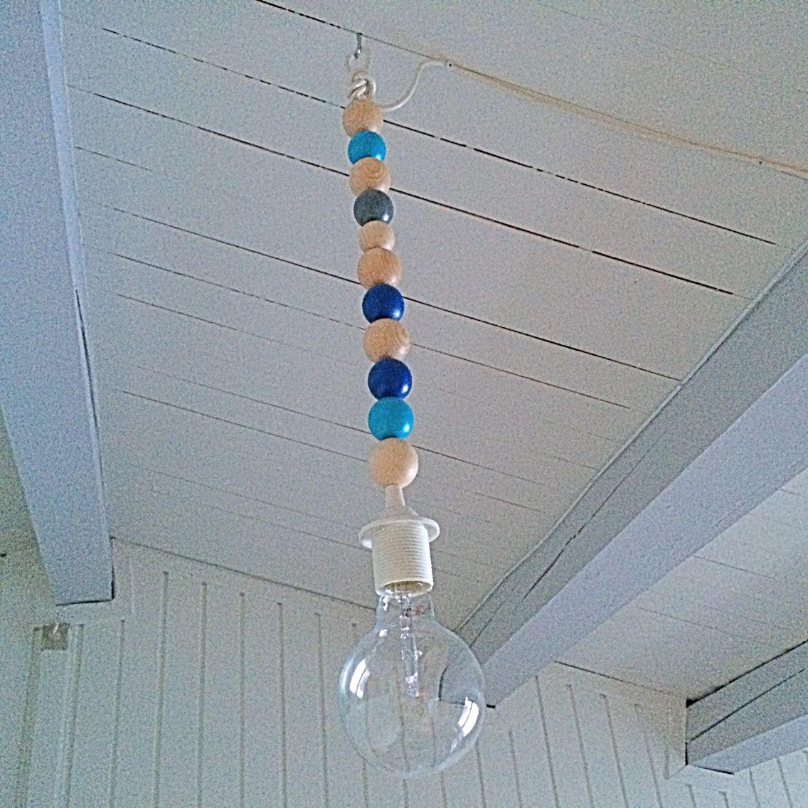 Lampe til vores soveværelse. Lavet af trækugler, som jeg har malet. Fatning, ledning og en stor pære.