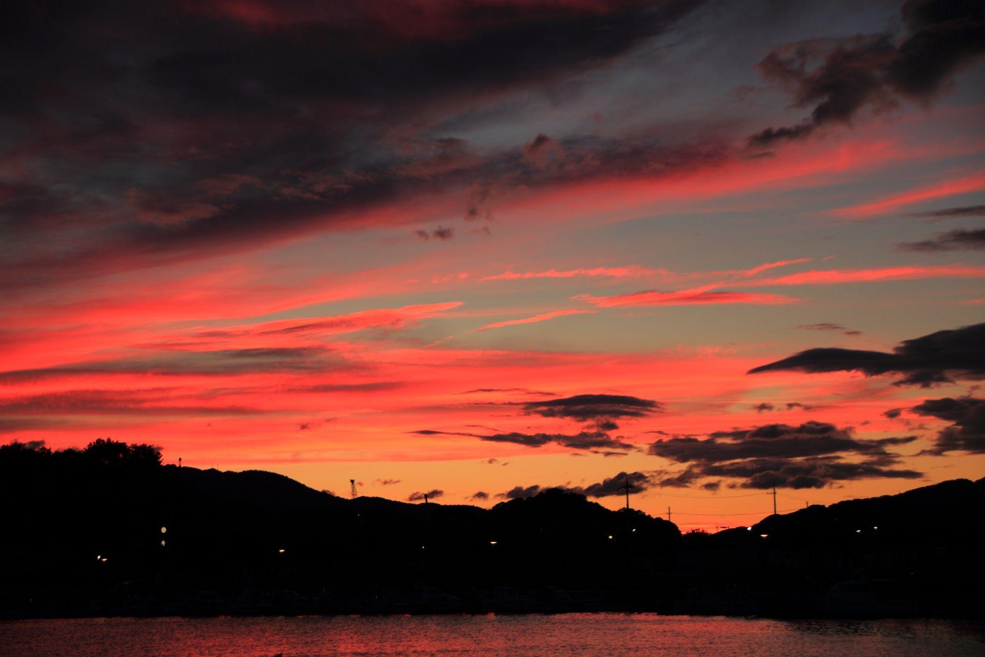 夕焼け空を映してオレンジやピンク色に染まる舞鶴港の海面