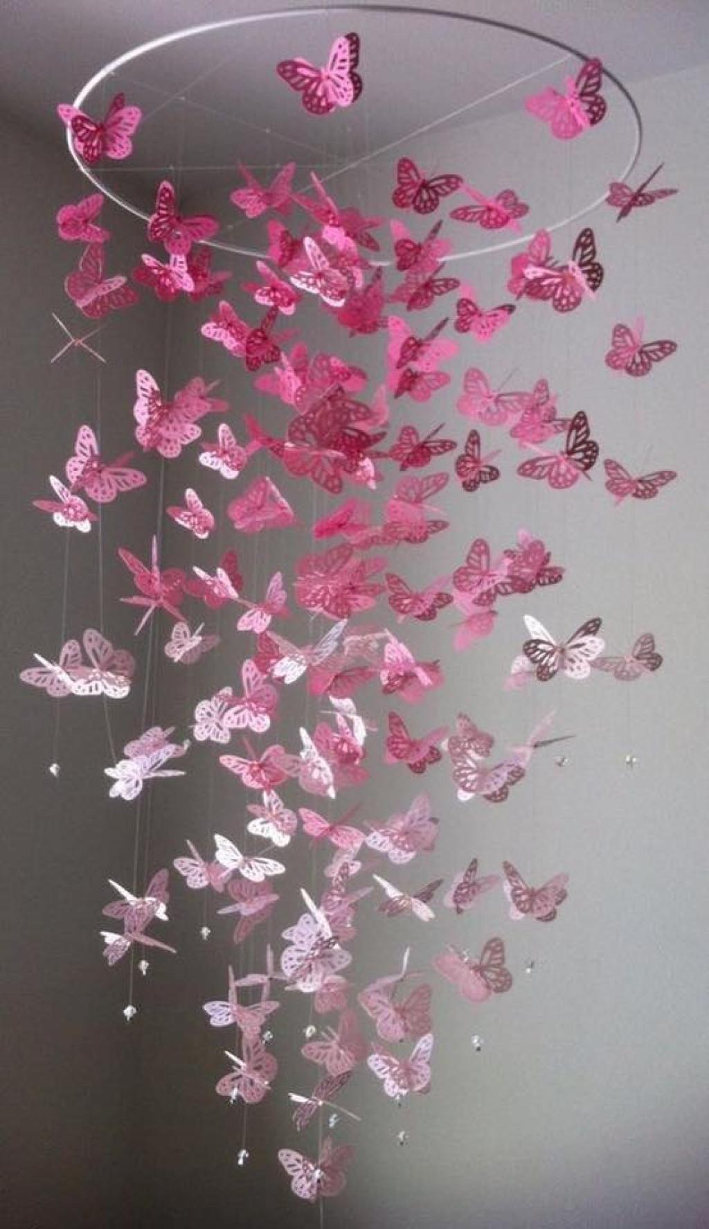 Elle coupe un carré dans un papier très coloré et en quelques plis seulement, elle réalise le plus magnifique des papillons!