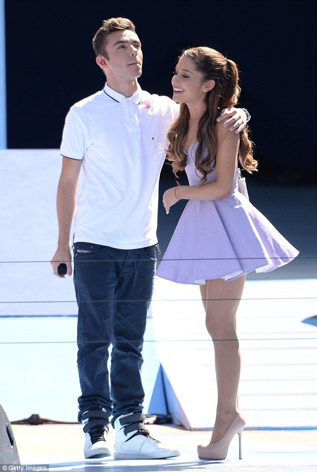 Is arianna grande dating a girl