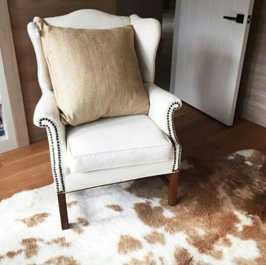 Attrayant Beautiful White Chair And Animal Skin Carpet
