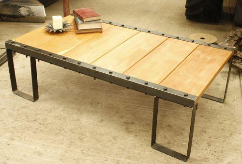 Mesa de centro original de madera y hierro somos for Mesa industrial de madera y metal