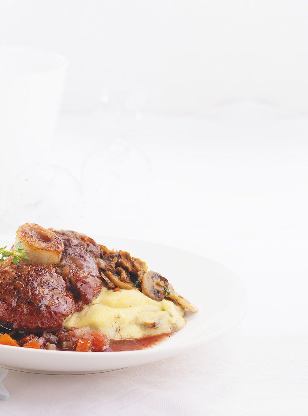 Recette de Ricardo : jarrets de veau braisés dans le porto. Recette au veau avec sauce miel-porto-thym. Déglacer avec le porto. Ajouter la viande et le thym.