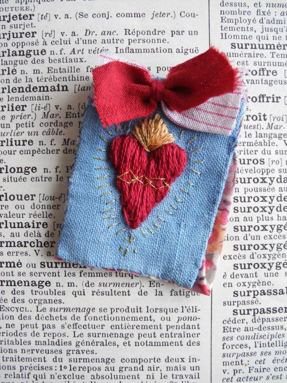 Broche De Sagrado Corazon Bordado De La Mano Corazon Cosido