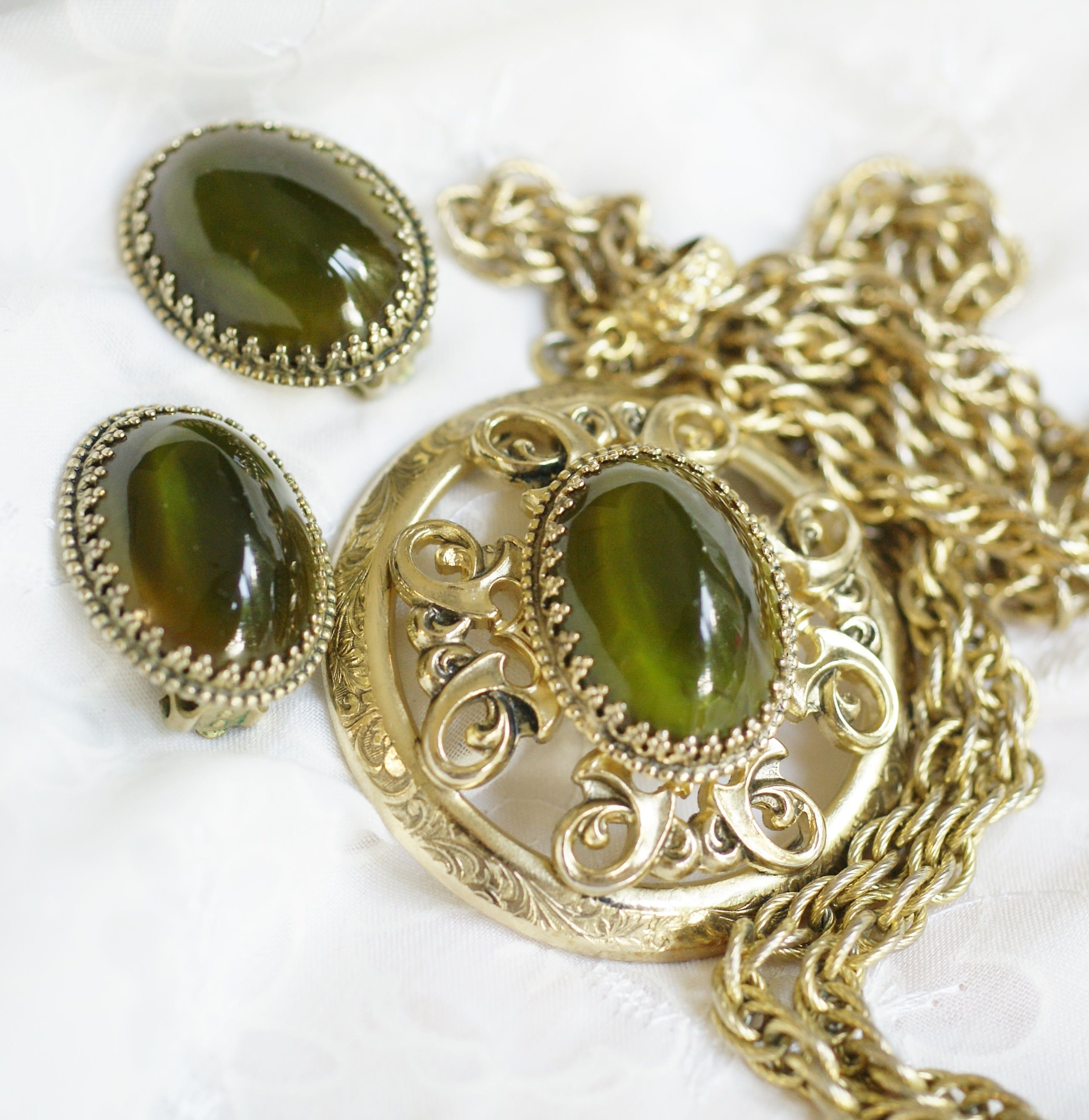 Vintage Whiting Davis Cat Eye Necklace Set Gold Tone And Olive Green Long Pendant