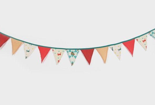 Guirnalda de 14 triángulos con nuestros estampados de circo, y gatitos verdes y coral. Da un toque de color y de fiesta al cuarto del niño!  Diseñado y fabricado en España.