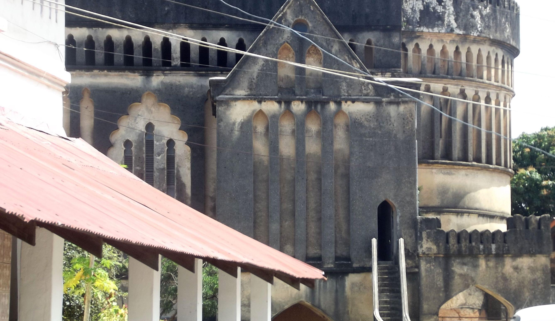 a imponência da antiga igreja no fundo da entrada de turistas. Os tempos mudaram.