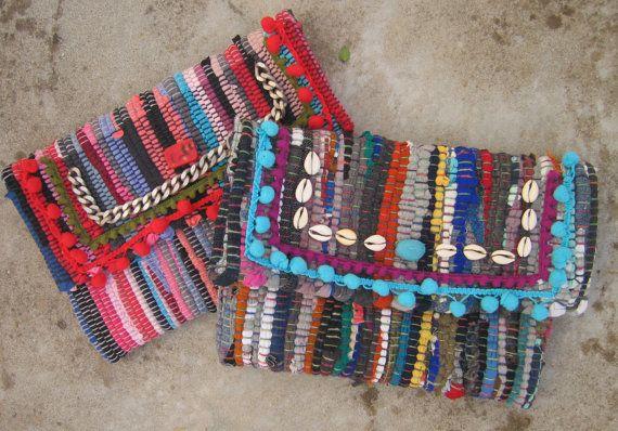 Un embrayage fantaisiste fait de coton tapis de kim, agrémentée de pompons turquoise et violet, coquillages et une pierre turquoise marbe. Ses un accessoire de tête tournant ce malade ne passe pas inaperçu. Chaque sac de boho kilim est unique dune pièce de genre, faite dun « kourelou » un petit tapis fait de recyclé bandes de tissus de jersey de coton.  Ces tapis sont très couramment utilisés dans les îles grecques, et ils mont toujours rappelé de vacances dété. Jai créé mes sacs de kilim de…