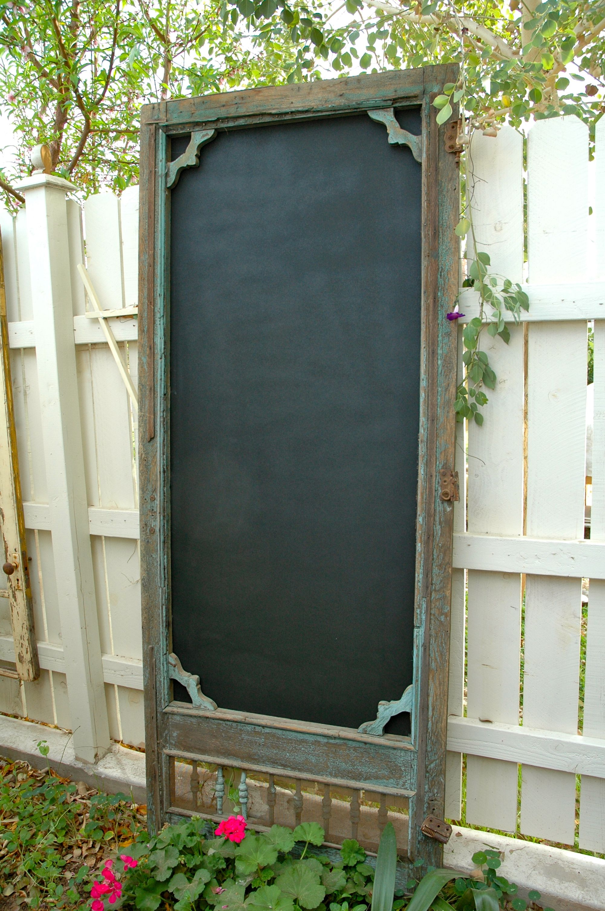 Vintage Screen Door Add Exterior Grade Plywood Panel Painted With Exterior Grade Chalkboard Paint Vintage Screen Doors Diy Garden Furniture Door Crafts