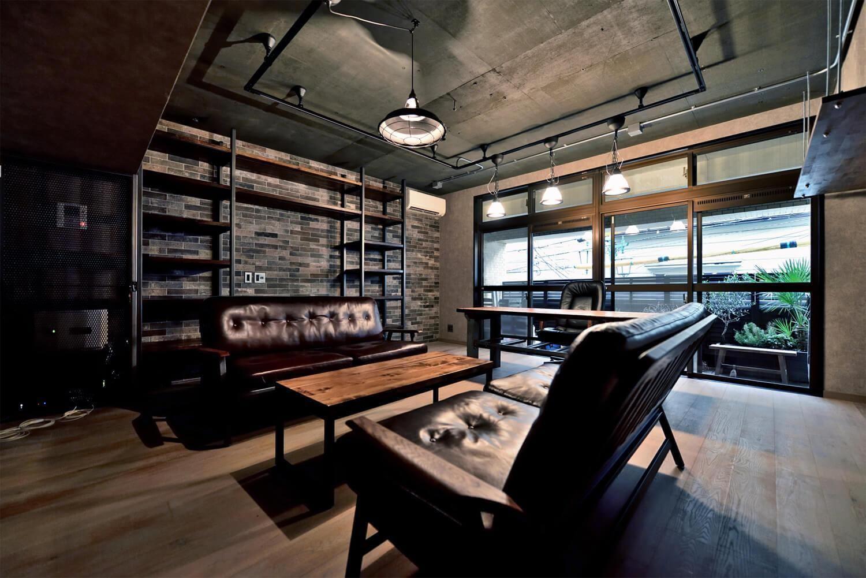 書斎事例:住居兼オフィススペース(棚も床も家具もエイジング素材。重厚な渋みのNYブルックリンスタイル空間)