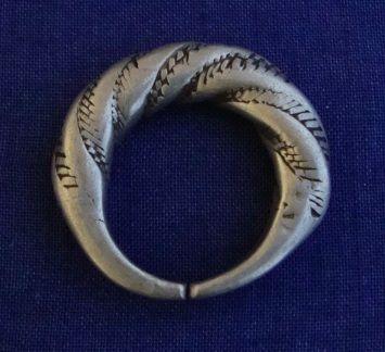 Bague ancienne, torsadée, en argent Thaler, se met soit au pouce, soit à l'index, soit au petit doigt, la partie la plus fine est tournée vers l'intérieur afin de ne pas sentir l'épaisseur,. Les femmes Peul s'en servent aussi de décoration pour le belles coiffures, associées quelquefois avec des perles d'ambre, ou bien en boucle d'oreille (signe extérieur de richesse), porté avec un cordon, il fait un joli pendentif.  Dimensions : Tour de doigt : 64 mm  Poids maximal : 23,9 g