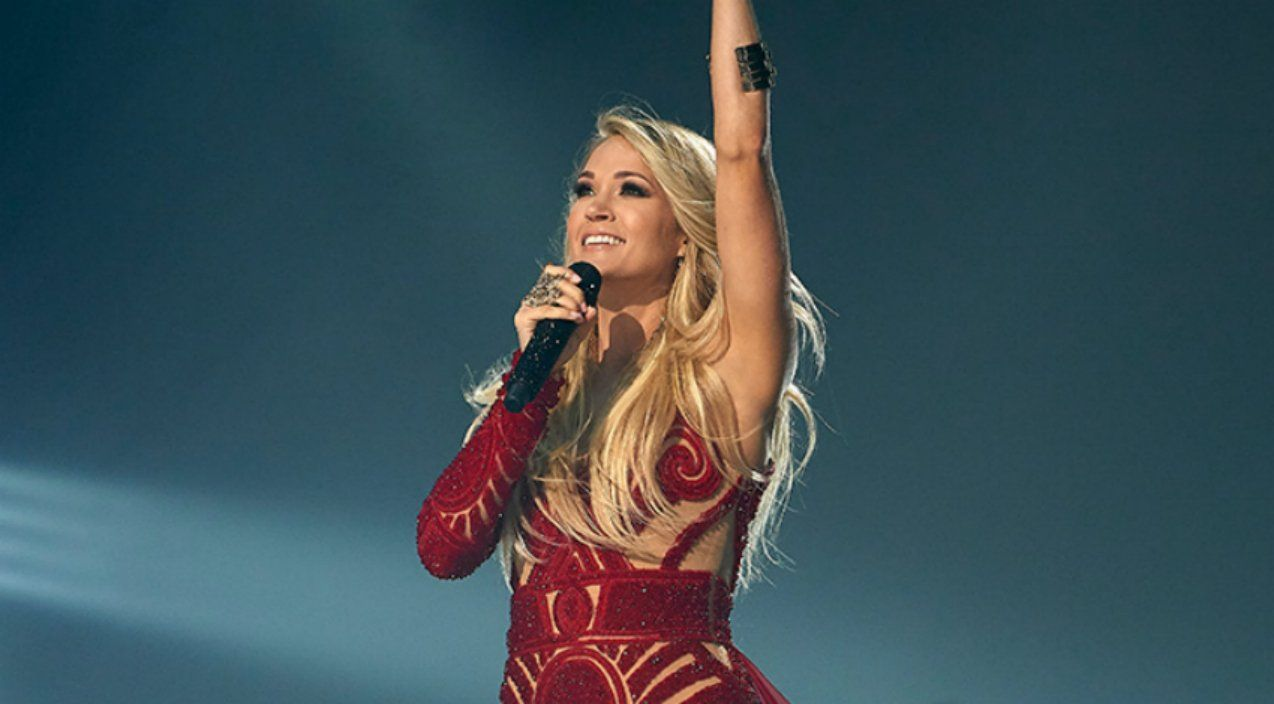 Carrie Underwood Rocks Fiery Red Dress For Nfl Sunday Night Football Opener Carrie Underwood Sunday Night Football Nfl Sunday