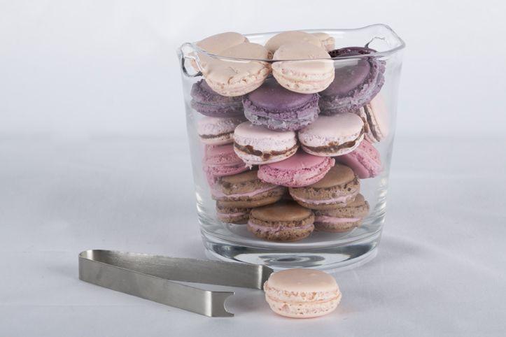 Para sorprender a tus invitados y causar un mayor impacto, ofrece unos ricos macarrones en una hielera de vidrio.