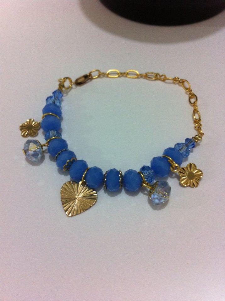 Pulsera azul de cristal co cadena con dijes de oro, bracelet jewerly handmade accesorios sagata joyería