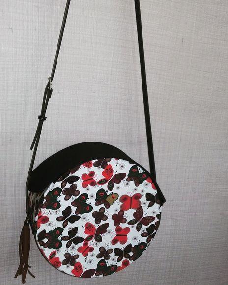 88e83589e Bolsa Redonda em tecido confeccionada em cartonagem * Tecido 100% algodão *  Borboletas * Dentro estampa lisa * Alça de couro ajustável.