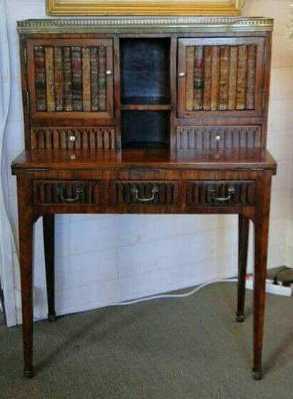 Escrivaninha em madeira com detalhe de lombada de livros nas portas.Madeira séc xIx