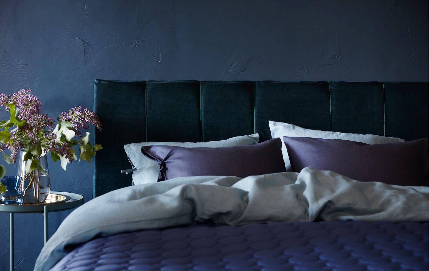une tête de lit en velours donne à la chambre un look d'hôtel
