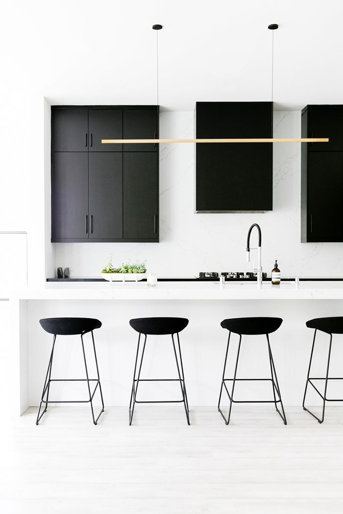 This striking monochrome family home has us tickled pink black kitchens cocina minimalista - Cocinas blancas y negras ...