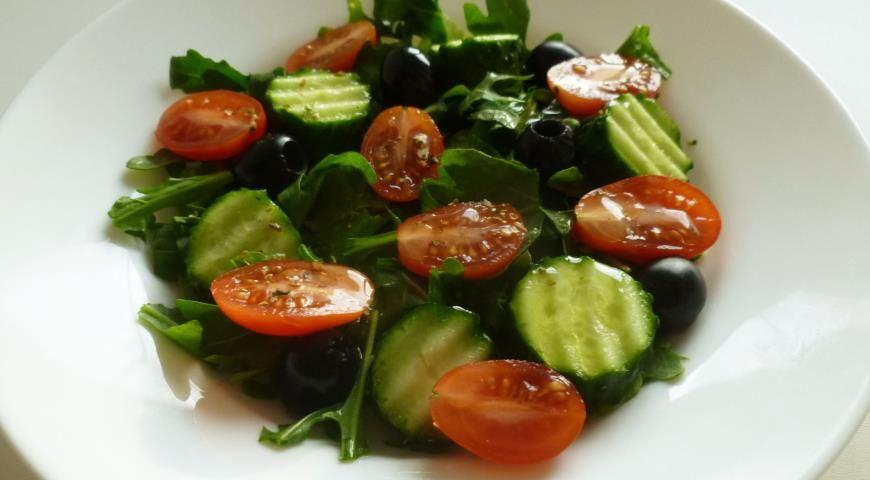 Салат из свежих овощей с маслинами и орегано