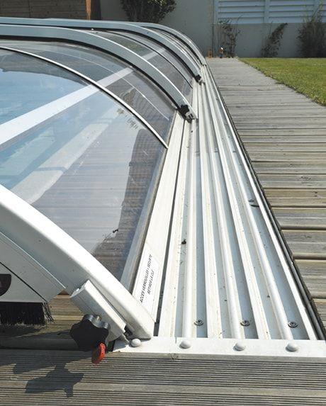 Encastrer les rails de votre abri de piscine dans une terrasse bois