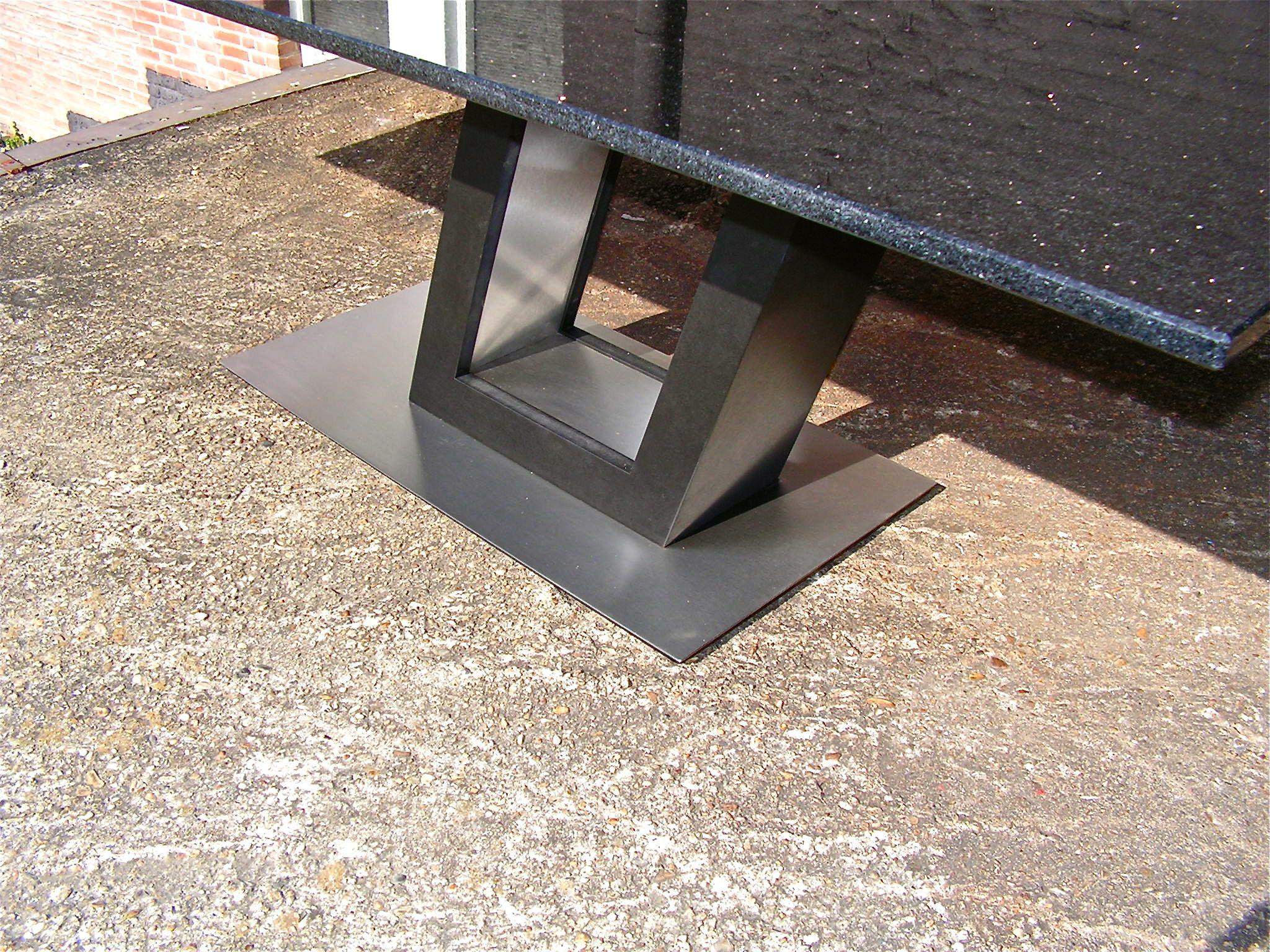 Detailshot poot z tafel in graniet rvs. tafels pinterest
