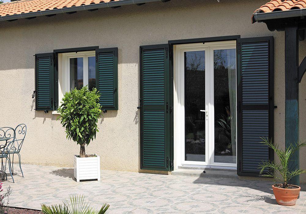 Volets Battants Calypso Aspect Persiennes Option Precadre Coloris Vert Sib Europe Persienne Volets Battants Aluminium Couleurs Maison
