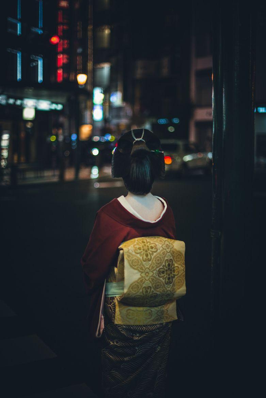 oiran-geisha:  The geiko Makiko waiting for cross the street. Kyoto, Japan. (Source, ©Mirko Migliorati)