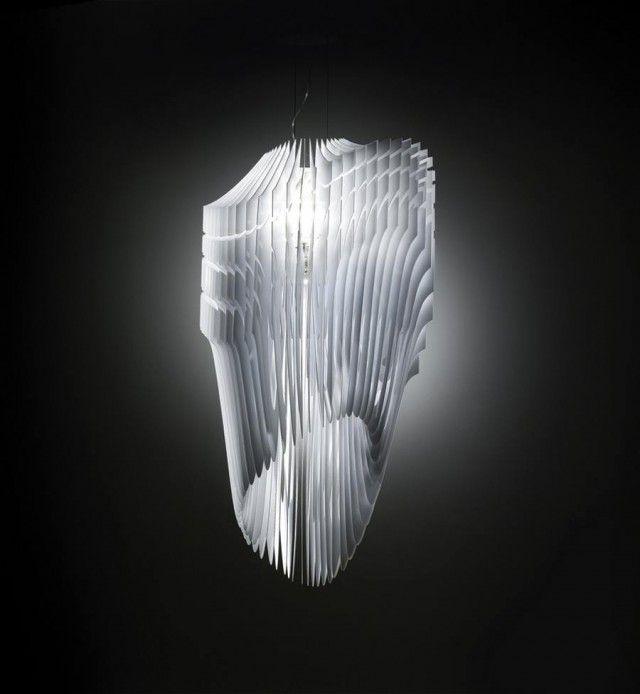 Destaques: Zaha Hadid 'Avia' lâmpada para Slamp é ao mesmo tempo orgânica e high-tech. as barbatanas irradiam o seu vazio central criando uma complexa interação de translucidez e opacidade que muda de acordo com a posição do espectador.