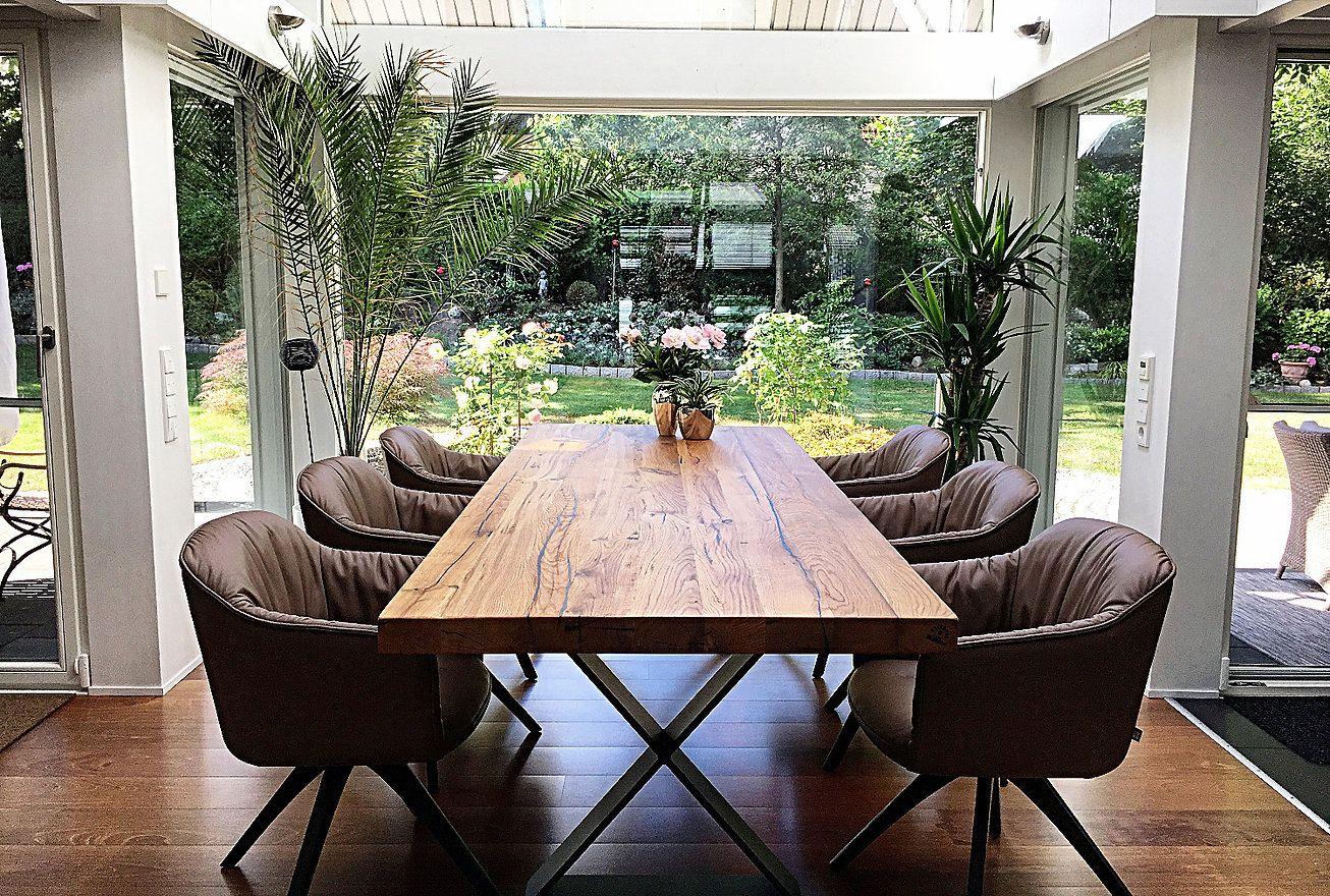 Esstisch aus AltholzEichenholz auf einem Tischgestell aus