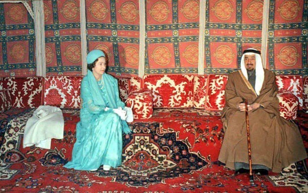 الملك خالد بن عبدالعزيز رحمه الله والملكة إليزابيث أثناء زيارتها إلى المملكة العربية السعودية عام ١٩٧٩م King Fashion