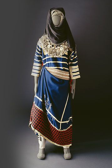 Mansoojat Foundation - Museum of Saudi Arabian Costume online  (really really gorgeous pictures and details!)