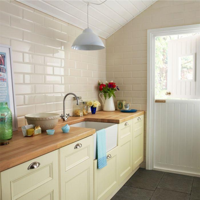 küche dachschräge küchenfliesen creme farbe dunkle bodenfliesen ...
