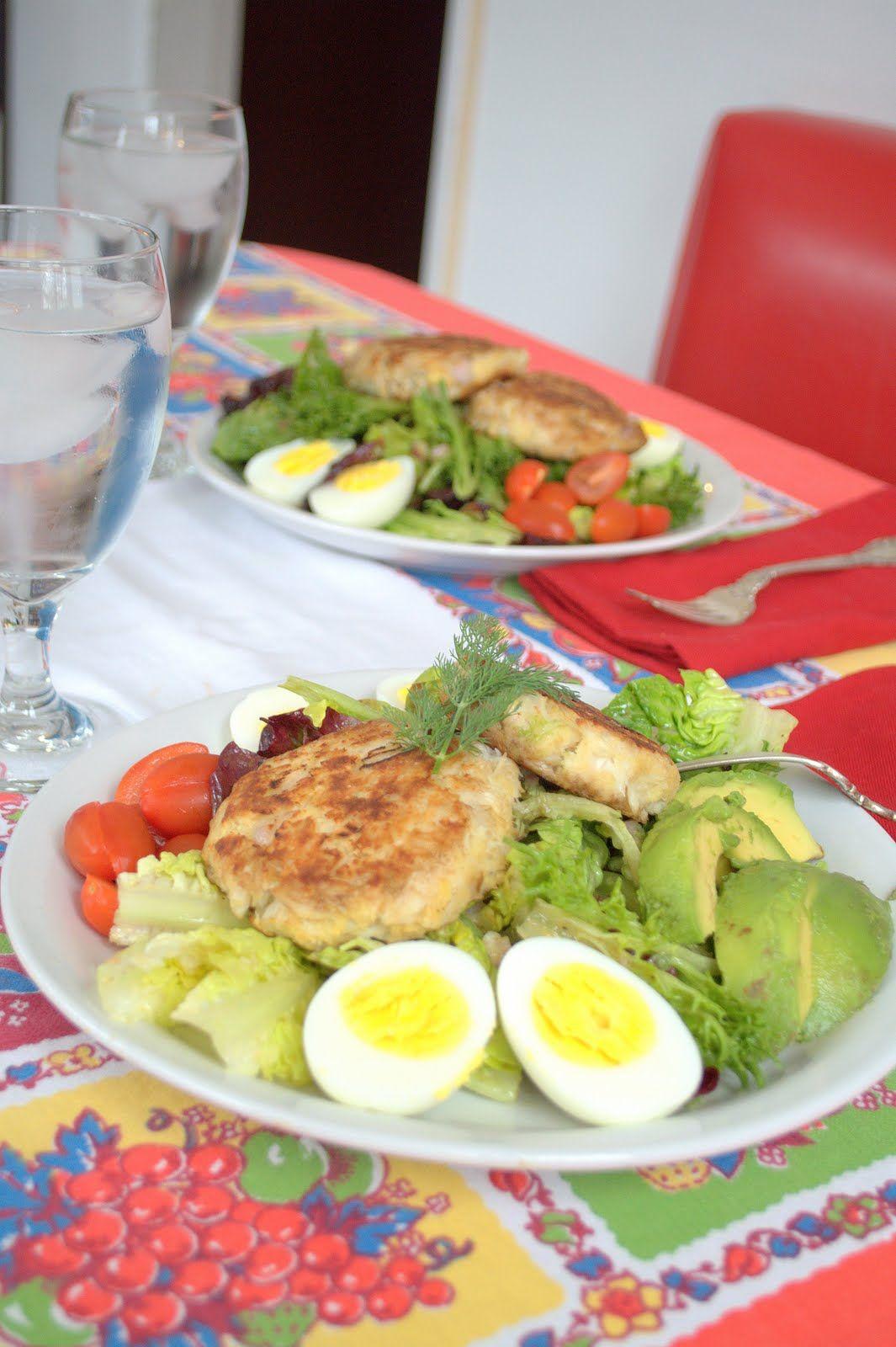 Hamburguesa vegetariana con ensalada y huevo duro
