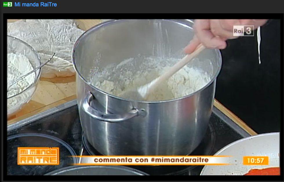 Per gli gnocchi, far bollire l'acqua di recupero della mozzarella, aggiungere la farina e girare.