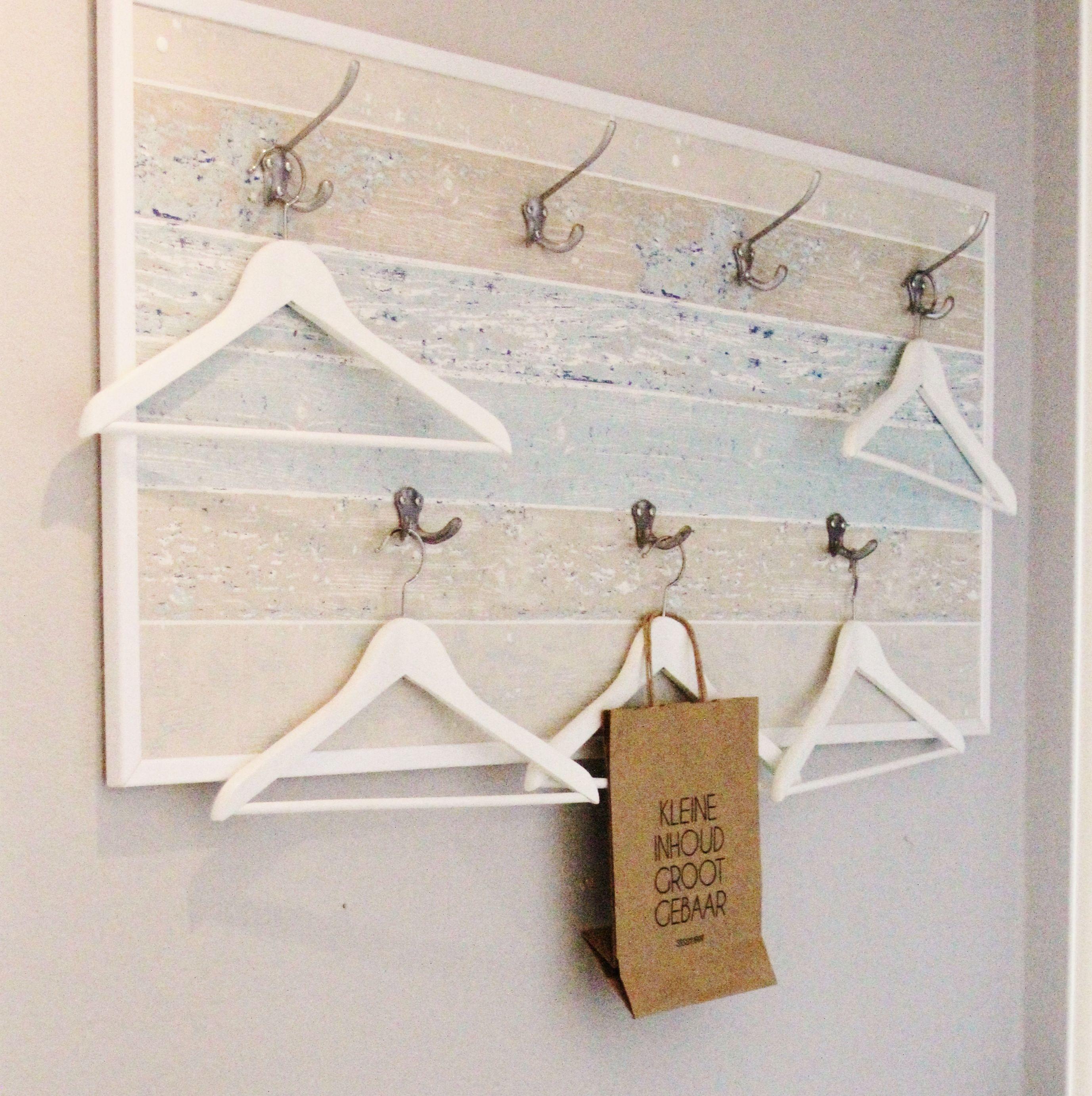 Garderobe ganz einfach selbst gestalten. Holzplatte mit Tapete ...