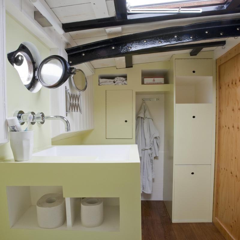 Luxe compacte badkamer voor woonschip in Haarlem. Badmeubel met ...