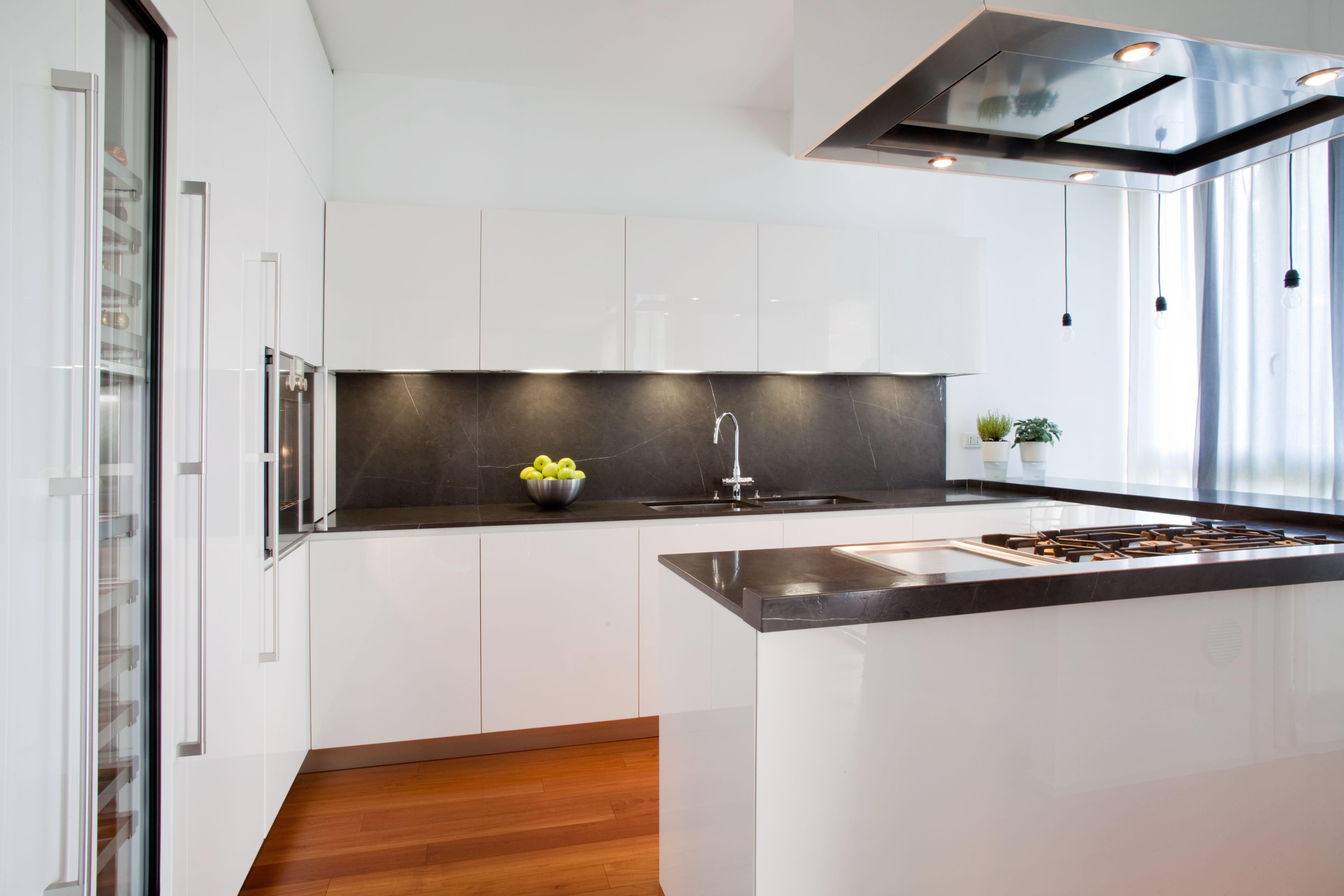 Cucina laccata lucida bianca con piano in stone grey ed - Cucina laccata bianca ...