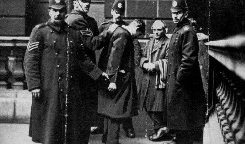 On January 28 1896 The Policeman Detained Walter Arnold Who Became The First Briton To Fall For Speeding In Thos Istoricheskie Fotografii Fotografii Istoriya