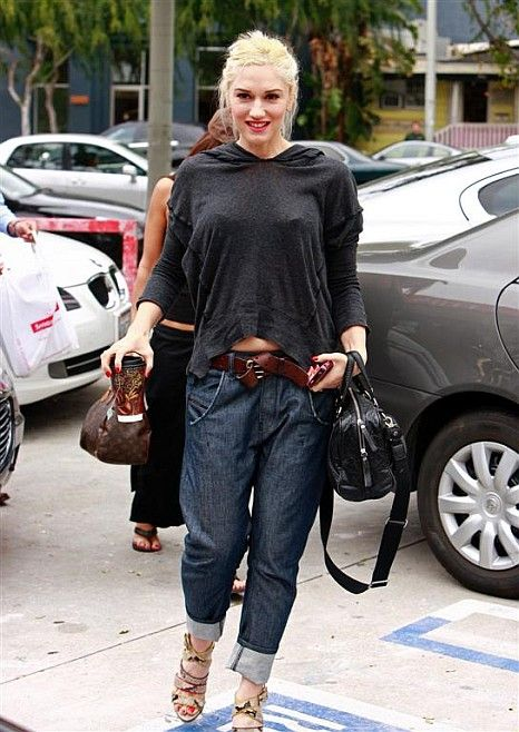 4840bc8235d Love those jeans and love the way Gwen rolled them up and paired them with  a sexy oversized t-shirt.