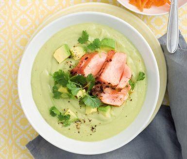 En ljuvligt len soppa. För att mixa hela soppan behövs en blender som rymmer 1 1/2 liter. Har du en mindre blender eller en vanlig matberedare så mixa hälften åt gången. Stek laxen varsamt så behåller den sin saftighet.