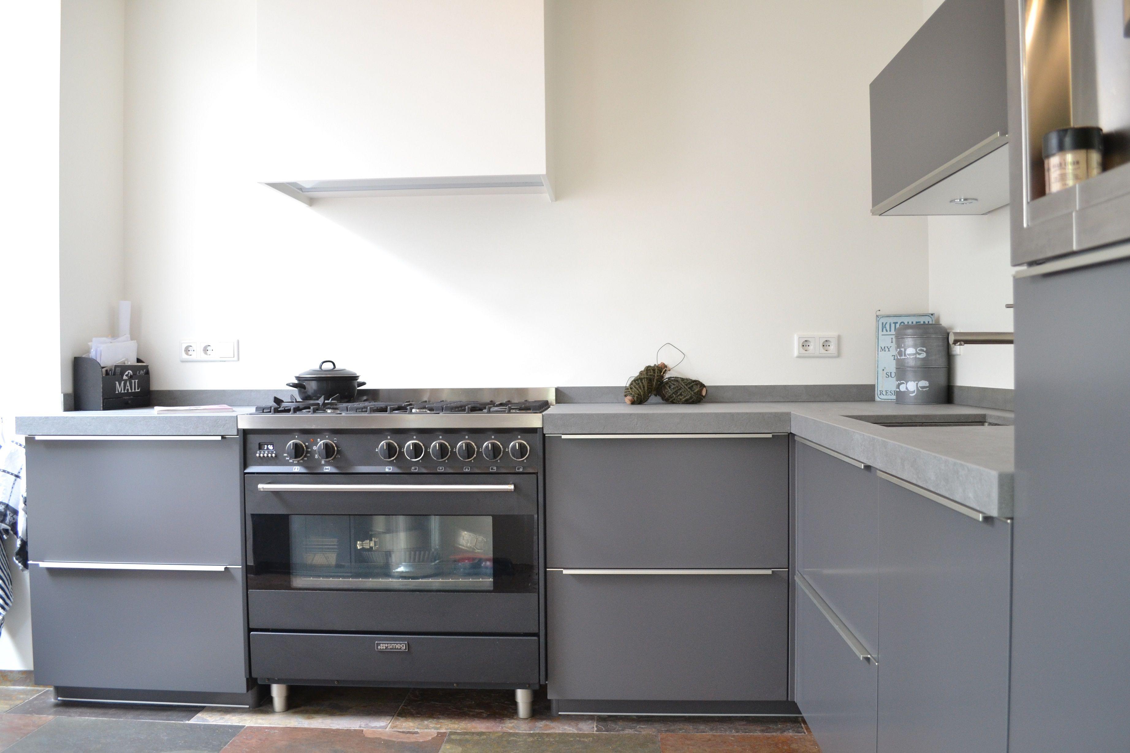 Hoogglans Grijs Keuken : Grijze hoogglans keuken met smeg fornuis strakke keuken