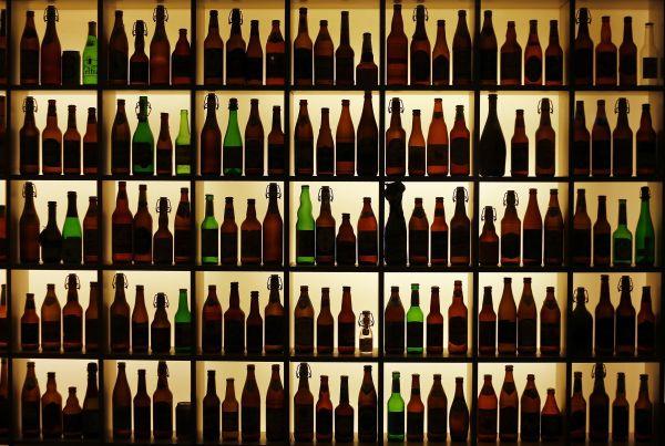 Роспотребнадзор поддерживает ограничение продажи алкоголя лицам младше 21 года.               В Роспотребнадзоре поддержали законопроект об ограничении продажи алкогольных нап�