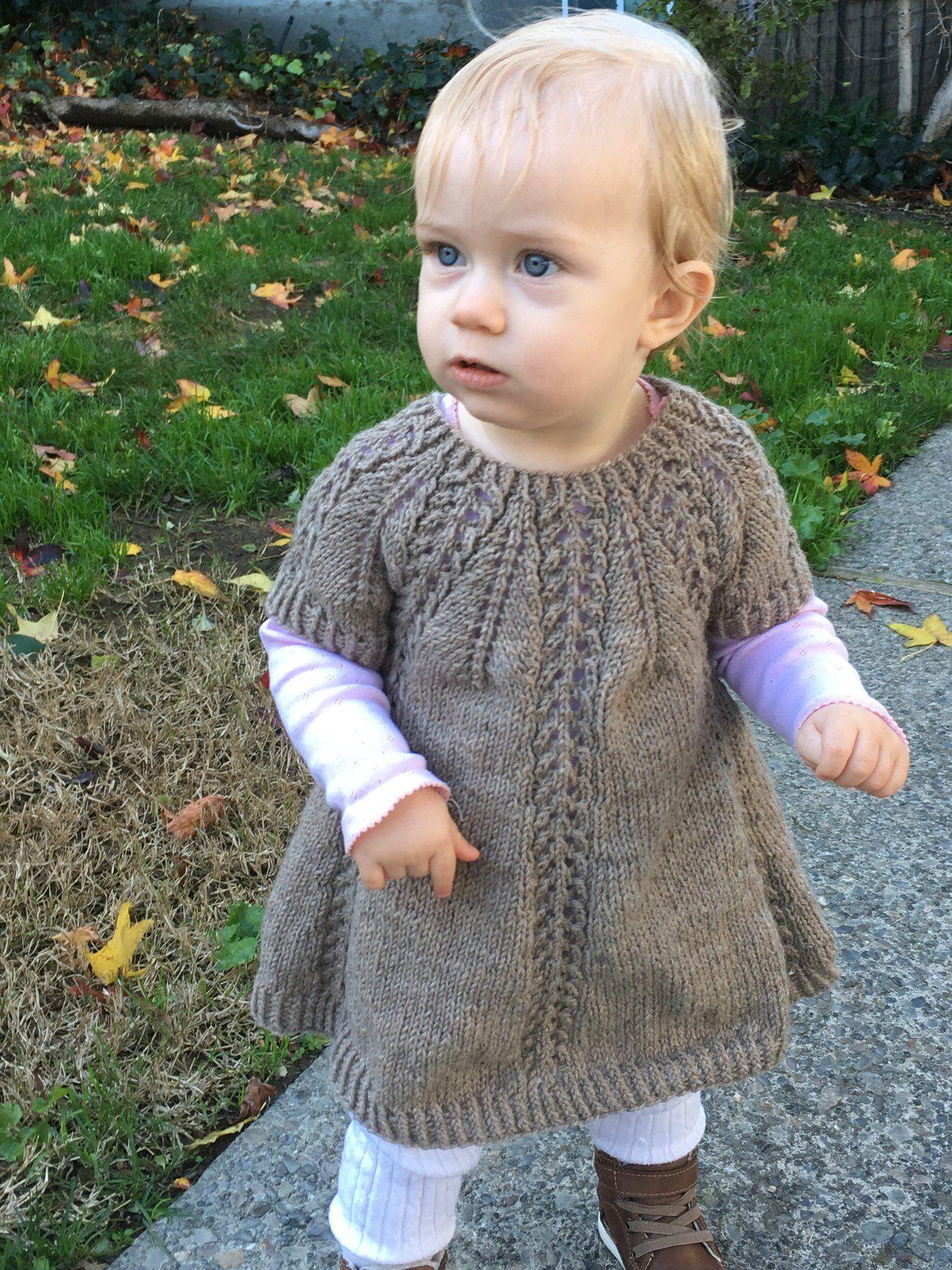 ec9caa276119 Seraphina Sweater og Kjole strikkes ovenfra og ned med rundt bærestykke.  Bærestykket dannes ved