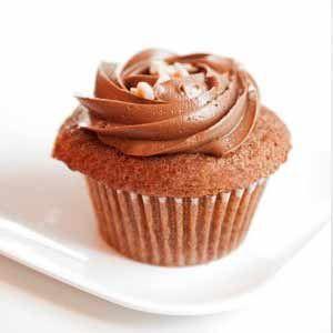 Cupcakes de Nocilla y avellanas. Aprende a preparar la receta de cupcakes de Nocilla y avellanas decorados con buttercream de nocilla o nocilla blanca.