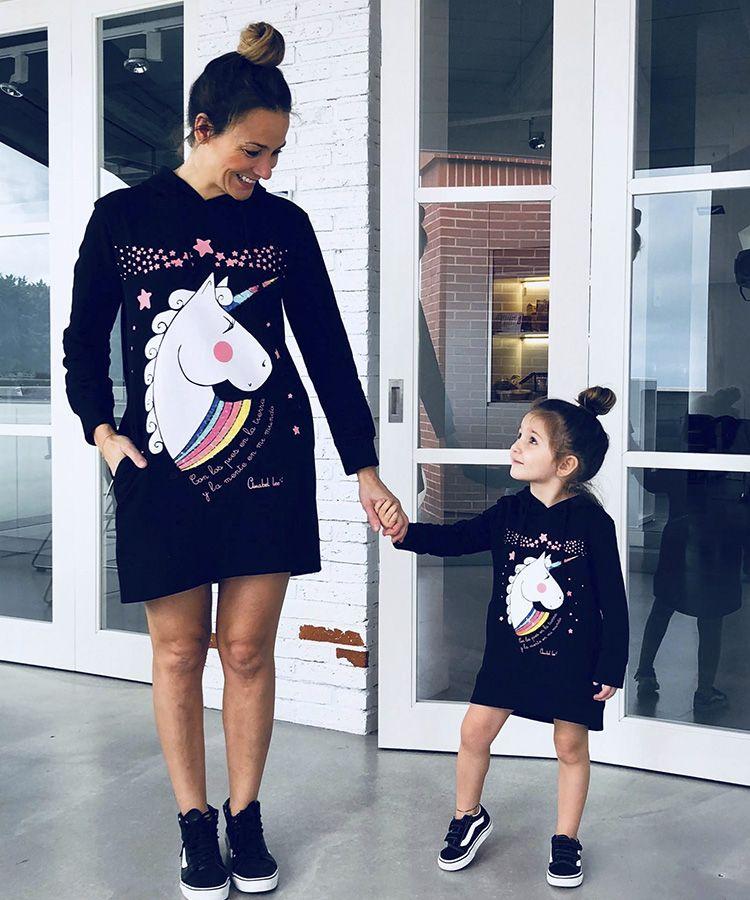 02b7e6899e92 Sudadera larga Unicornio en color negro, bolsillos, capucha y apliques de  lentejuelas. 100% Algodón. Ropa Niña y Mujer. Madre e hija igual. Moda y  tendencia ...